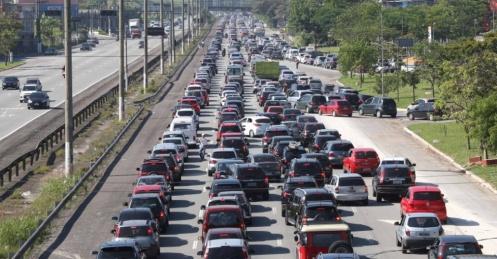 15nov2013---15nov2013---paulistas-enfrentavam-congestionamento-na-rodovia-dos-imigrantes-no-sentido-litoral-sul-de-sao-paulo-na-manha-deste-feriado-da-proclamacao-da-republica-a-viagem-que-demora-em-1384518152987_956x500